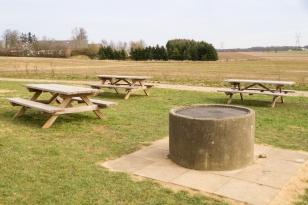 Grillplads med store bordebænke
